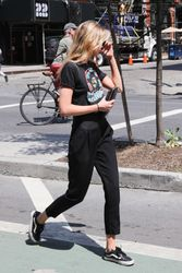 28040485_Stella-Maxwell-out-in-New-York-