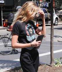 28040487_Stella-Maxwell-out-in-New-York-