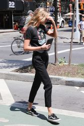 28040490_Stella-Maxwell-out-in-New-York-