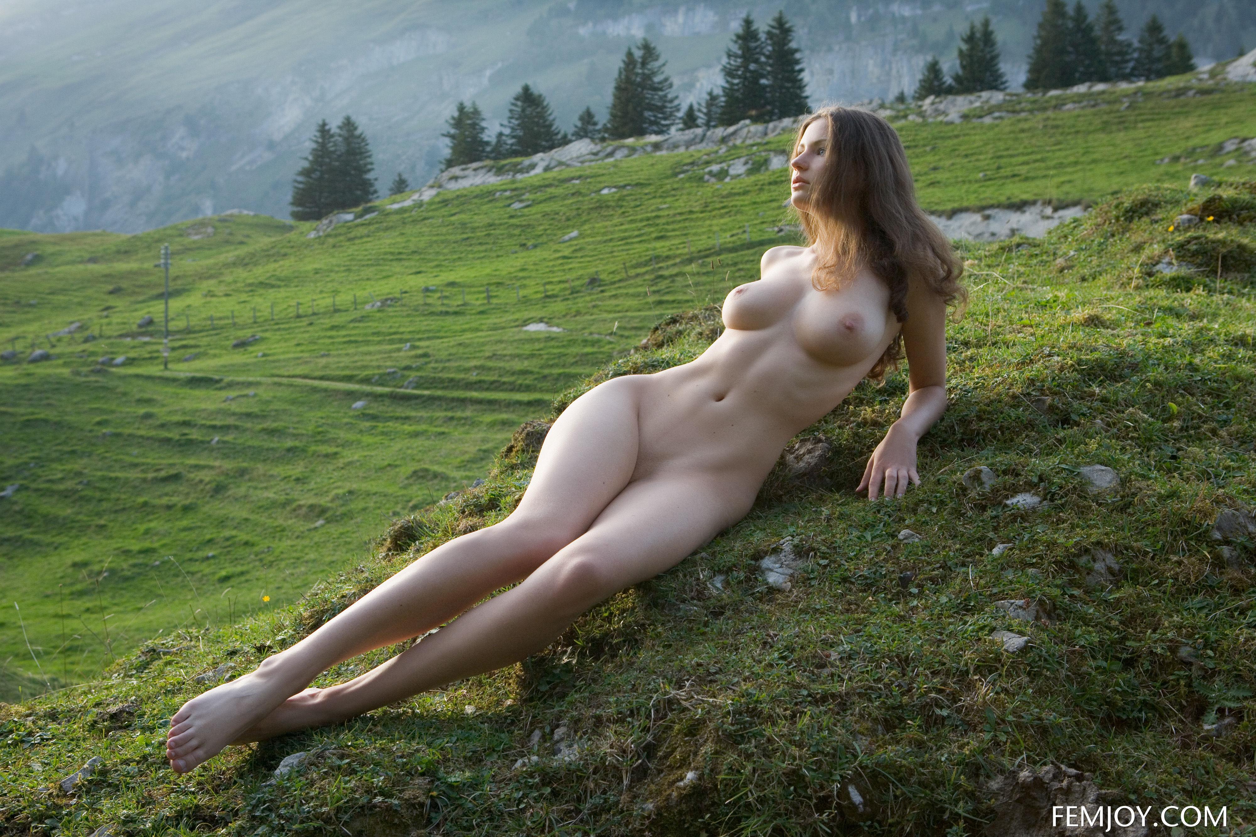 Девчонки голые на природе